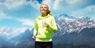 Szczęśliwa sporty kobieta biega outdoors lub jogging zdjęcie royalty free