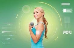 Szczęśliwa sporty kobieta napina bicepsy z dumbbell Zdjęcia Stock