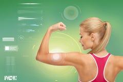 Szczęśliwa sporty kobieta pokazuje bicepsy Zdjęcie Stock