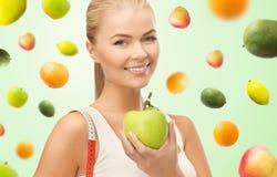 Szczęśliwa sporty kobieta z jabłczaną i pomiarową taśmą Fotografia Royalty Free