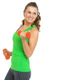 Szczęśliwa sprawności fizycznej kobieta robi ćwiczeniu z dumbbells Obraz Royalty Free