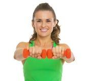 Szczęśliwa sprawności fizycznej młoda kobieta robi ćwiczeniu z dumbbells Fotografia Stock