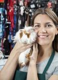 Szczęśliwa sprzedawczyni Trzyma Ślicznego królika doświadczalnego Przy sklepem Obraz Royalty Free