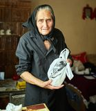Szczęśliwa stara kobieta indoors Zdjęcia Stock
