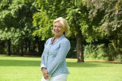 Szczęśliwa stara kobieta ono uśmiecha się outdoors Zdjęcie Royalty Free
