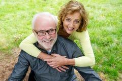 Szczęśliwa starsza caucasian para ono uśmiecha się outdoors zdjęcie royalty free