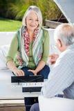 Szczęśliwa Starsza kobieta Bawić się Rummy Z mężczyzna obraz stock