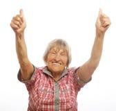 Szczęśliwa starsza kobieta daje dwa aprobatom jak znaka zatwierdzenie obrazy royalty free