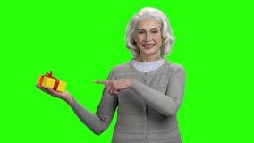 Szczęśliwa starsza kobieta pokazuje prezenta pudełko zdjęcie wideo