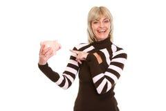Szczęśliwa starsza kobieta target846_0_ na prosiątka banku Fotografia Stock