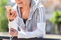 Szczęśliwa starsza kobieta utrzymuje zdrowego styl życia zdjęcie stock