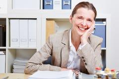Szczęśliwa starsza kobieta w biurze obrazy royalty free