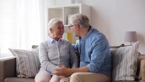 Szczęśliwa starsza para ściska w domu zbiory