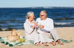 Szczęśliwa starsza para ma pinkin na lato plaży Zdjęcie Stock