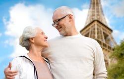 Szczęśliwa starsza para nad Paris wieżą eifla Fotografia Royalty Free