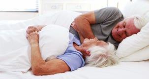 Szczęśliwa starsza para oddziała wzajemnie z each inny na łóżku zbiory