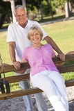 Szczęśliwa Starsza para ono Uśmiecha się Na Parkowej ławce Obraz Stock