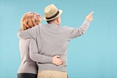 Szczęśliwa starsza para patrzeje coś Zdjęcia Stock