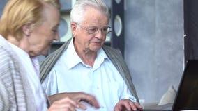 Szczęśliwa starsza para używa ogólnospołecznych środki z laptopem zbiory wideo
