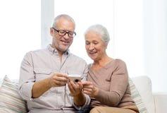 Szczęśliwa starsza para z kamerą w domu Obrazy Stock