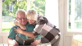 Szczęśliwa starsza para z książką zbiory