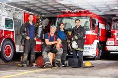 Szczęśliwa strażak drużyna Z wyposażeniem Przy ogieniem zdjęcia stock