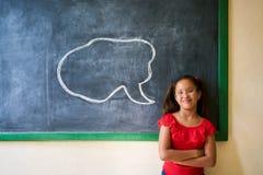 Szczęśliwa Studencka Patrzeje kamera Z chmurą Na Blackboard Zdjęcia Stock
