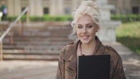Szczęśliwa studentka Uśmiechnięta twarz Typowe tło Wideo 4K zbiory