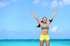 Szczęśliwa sukces kobieta - osiągnięcie sprawność fizyczna cele zdjęcie stock