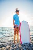 Szczęśliwa surfing dziewczyna Zdjęcie Royalty Free