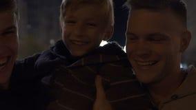 Szczęśliwa tej samej płci rodzina z fajerwerkiem błyska odświętność boże narodzenia, adopcja zdjęcie wideo