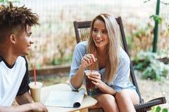 Szcz??liwa tennage para wydaje czas przy kawiarni? zdjęcia royalty free