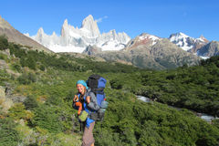Szczęśliwa trekker dziewczyna blisko Fitz Roy mountail w El Chalten Fotografia Stock