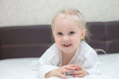 Szczęśliwa trzy roczniaka dziewczyna w domu obraz stock