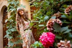 Szczęśliwa turystyczna kobieta w Pienza, Włochy pozycji kwota kwitnie obrazy royalty free