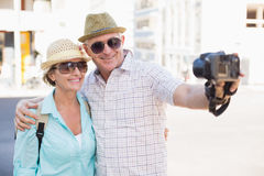 Szczęśliwa turystyczna para bierze selfie w mieście Fotografia Stock