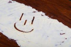 Szczęśliwa twarz drawed w stevia proszku na drewnianym tle Zdjęcia Stock