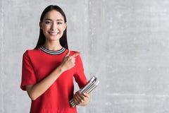 Szczęśliwa uśmiechnięta żeńska osoba utrzymuje notatniki obrazy stock