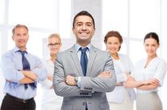 Szczęśliwa uśmiechnięta biznes drużyna nad biurowym pokojem Fotografia Stock
