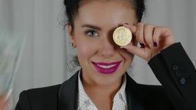 Szczęśliwa uśmiechnięta Biznesowa kobieta Wystawia rozszerzanie się gotówka i Bitcoin zbiory