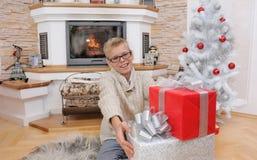Szczęśliwa uśmiechnięta chłopiec cieszy się Bożenarodzeniowego prezent od jego rodziny Fotografia Royalty Free