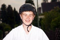 Szczęśliwa uśmiechnięta chłopiec z hełmem Obrazy Stock