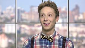 Szczęśliwa uśmiechnięta chłopiec z rozważnym wyrażeniem zdjęcie wideo