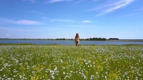Szczęśliwa uśmiechnięta dziewczyna biega na kwitnąć gryki pole zbiory