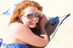 Szczęśliwa uśmiechnięta dziewczyna bierze sunbath Zdjęcie Stock