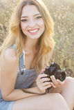 Szczęśliwa uśmiechnięta dziewczyna robi obrazkom kamerą Zdjęcia Royalty Free