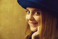 Szczęśliwa uśmiechnięta dziewczyna w retro błękitnym kapeluszu i blondynki włosy obraz stock
