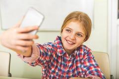 Szczęśliwa uśmiechnięta dziewczyna w szkole Fotografia Royalty Free