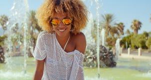 Szczęśliwa Uśmiechnięta dziewczyna Z Afro ostrzyżeniem Obraz Royalty Free