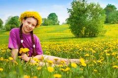 Szczęśliwa uśmiechnięta dziewczyna z dandelions Zdjęcia Royalty Free